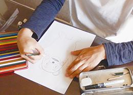 くまモンを描くガクさん。集中してます